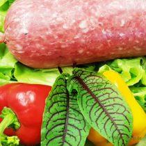 Gehackteswurst aus frischem Hackfleisch im Kunstdarm